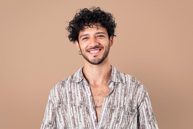 Uomo latino sorridente espressione allegra closeup ritratto