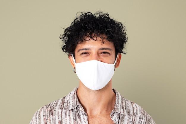 Uomo latino che indossa una maschera facciale nella nuova normalità