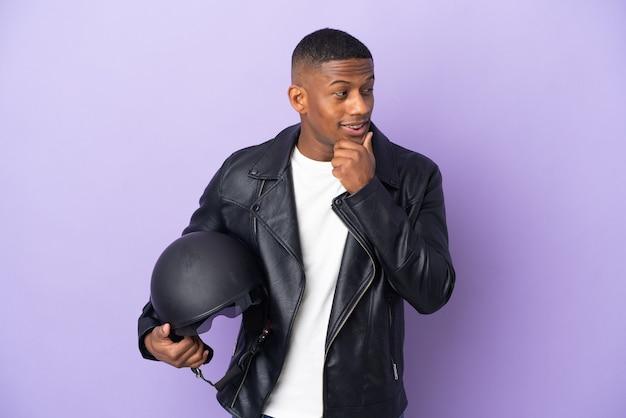 고립 된 오토바이 헬멧 라틴어 남자