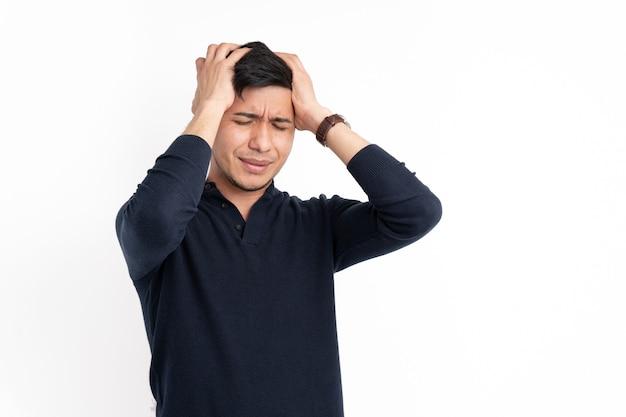 Латинский мужчина с руками на голове с жестом боли
