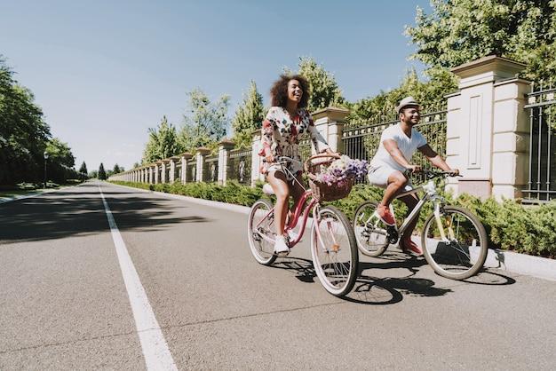 Латинские люди на велосипеде. концепция романтического свидания.