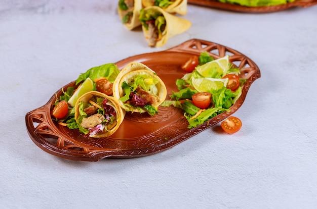 Пироги из тортильи в латинском стиле с мясом и салатом