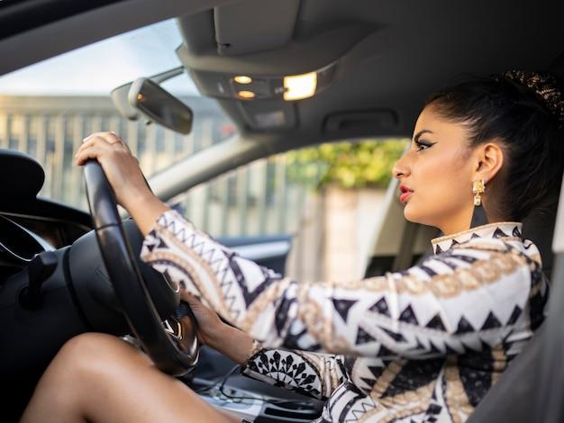ラテン系の女性が車を運転
