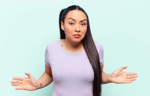 멍청하거나 어리석은 표정으로 절대적으로 당혹스러워하는 라틴 여성
