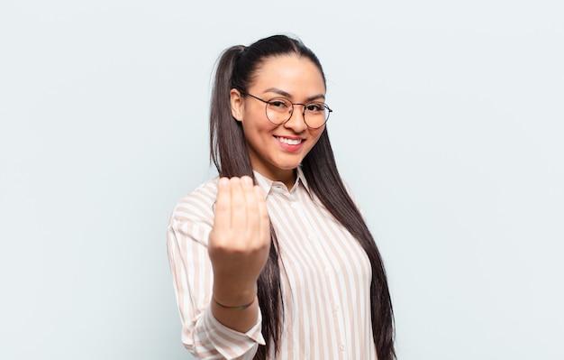 Латинская женщина чувствует себя счастливой, успешной и уверенной в себе, сталкивается с проблемой и говорит: давай, давай! или приветствуя вас