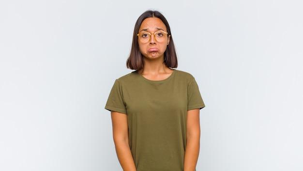 Латинская женщина грустит и испытывает стресс, расстроена из-за неприятного сюрприза, с негативным, тревожным взглядом