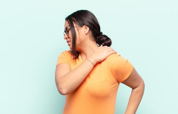 Латинская женщина чувствует усталость, стресс, тревогу, разочарование и депрессию, страдает от боли в спине или шее
