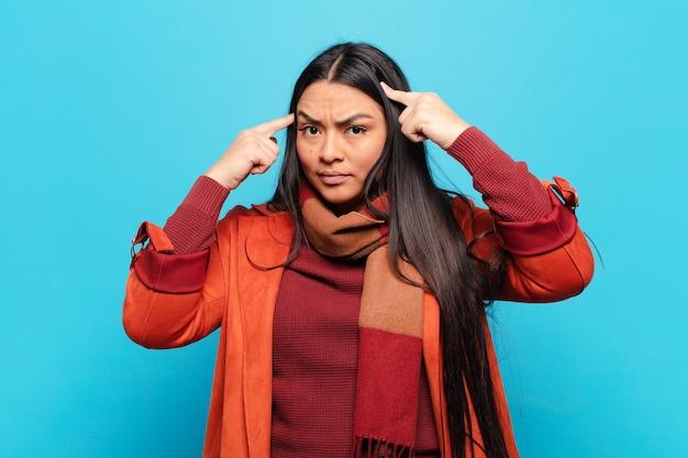 Латинская женщина с серьезным и сосредоточенным взглядом, мозговой штурм и размышления над сложной проблемой