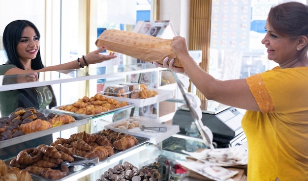 치킨 가게에서 일하는 라틴 여성