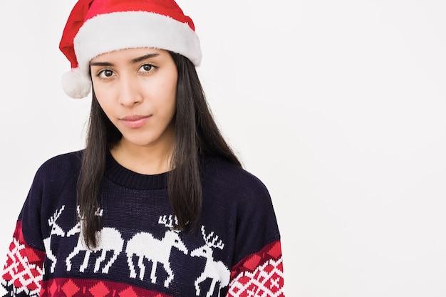 흰색 배경에 추한 크리스마스 스웨터를 입은 라틴 젊은 여성 메리 크리스마스 홀리데이