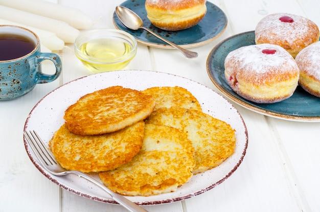 ユダヤ人の祝日のハヌカ。伝統的な食べ物のドーナツとジャガイモのパンケーキlatkes。フラットレイアウトまたはトップビュー。