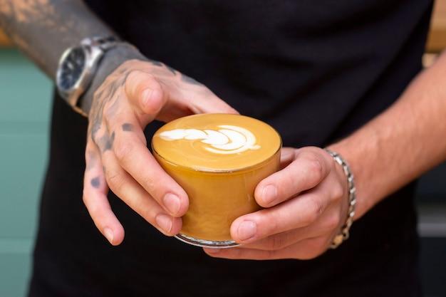 コーヒーを描くラテアートアート