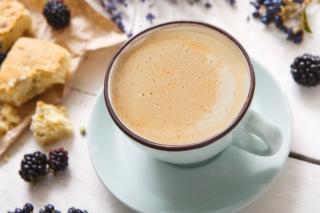 Латте, печенье, ягоды и цветы состав кофейной чашки