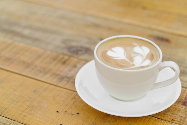 木製のテーブルの上にラテコーヒーアート