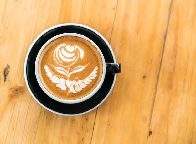 木製テーブル上のラテコーヒーアート。