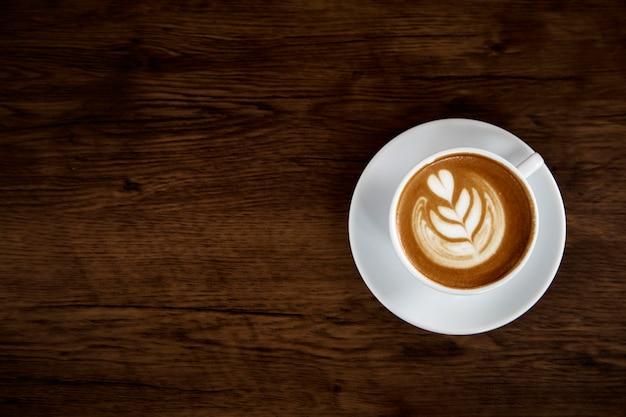 木製テーブル上のラテコーヒーアート