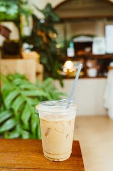 Латте кофе на вынос стеклянное дерево на столе