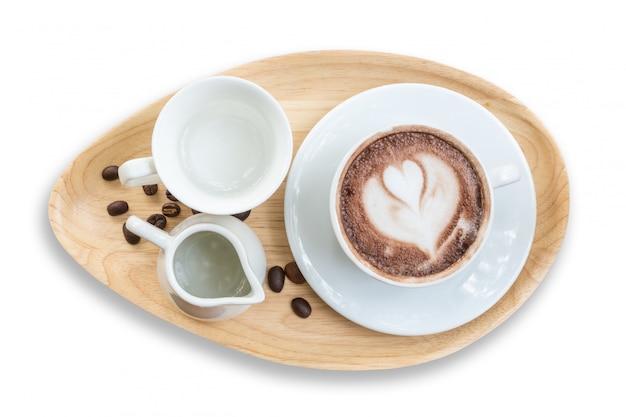 Взгляд сверху горячего кофе latte в белой чашке.