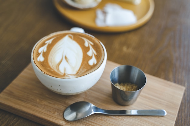 Вид сверху чашка кофе latte искусство в кафе кафе на деревянной доске