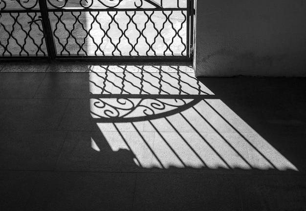 강한 햇빛 앞의 격자 격자 프리미엄 사진