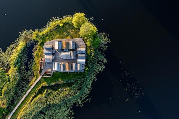 라트비아. 가우자 국립공원. araishi (araisi) 고고학 공원의 주요 대상은 작은 호수 섬에 원래 장소인 바이킹 시대 고대 라트갈리아 요새를 재건하는 것입니다.