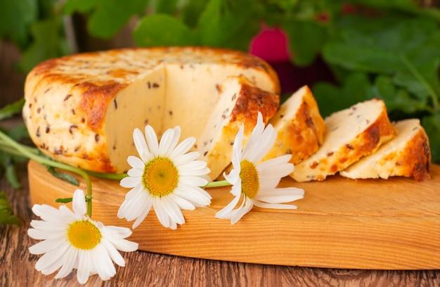 ラトビアの文化の伝統、ボードにキャラウェイシードを添えたチーズ。