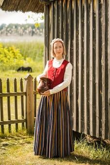 伝統的な服でラトビアの女性。 ligoフォーク。