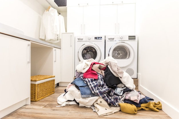 Laudry комната с кучей грязной одежды