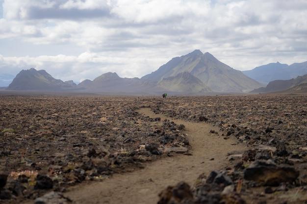 Поход в лаугавегур, панорамный вид на гору с вулканическим ландшафтом во время пепельной бури