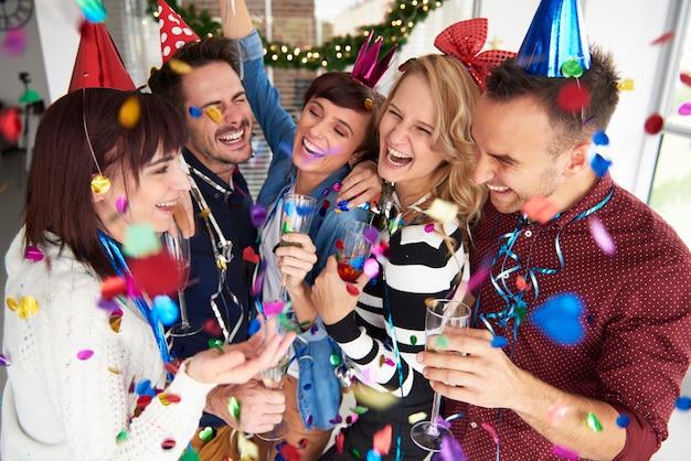 새해 전날 웃고 축하하기
