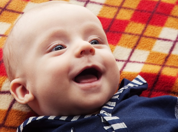 Смеющийся ребенок, счастливый день для ребенка