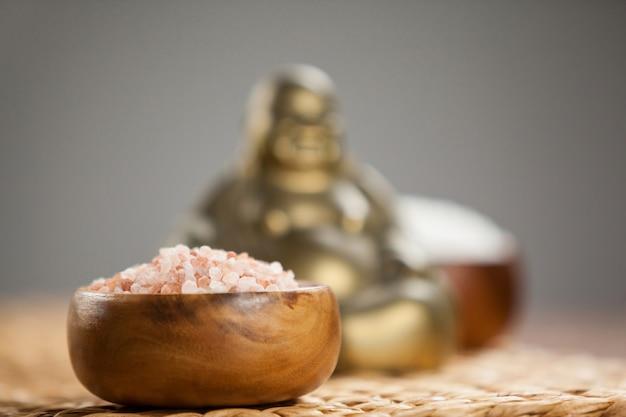Laughing buddha фигурку и морскую соль в деревянной миске