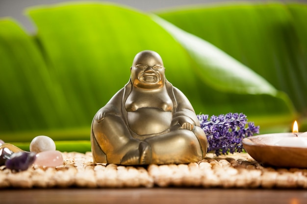 Laughing buddha статуэтка, зажег свечи и галька камень