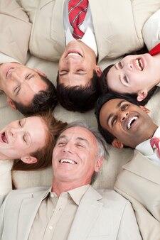 ビジネスのチームを笑う