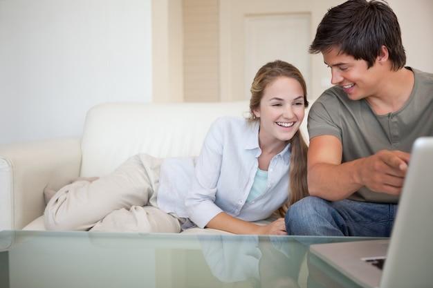 ノートを使って笑うカップル