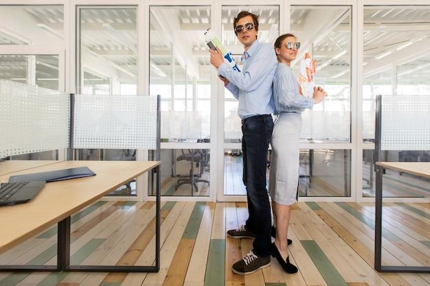사무실에서 장난감 총을 들고 웃는 동료