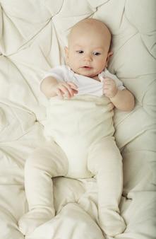 かわいい赤ちゃんを笑ってください。