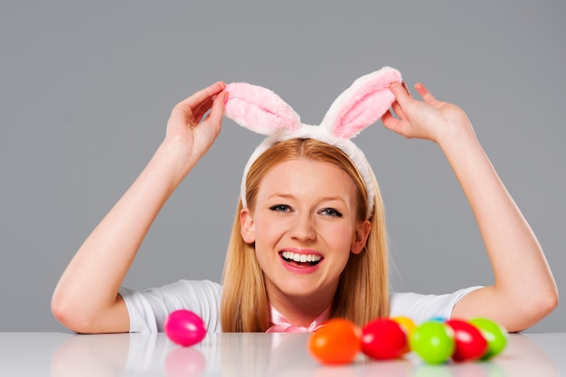 Смеющаяся женщина пасхального кролика