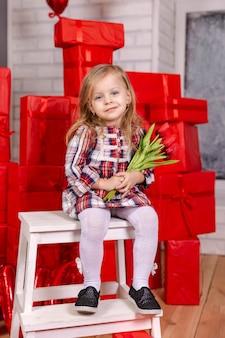 Смеющаяся девушка держит букет тюльпанов