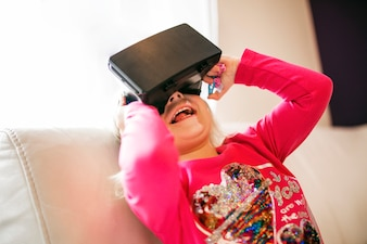 VRメガネの女の子を笑う