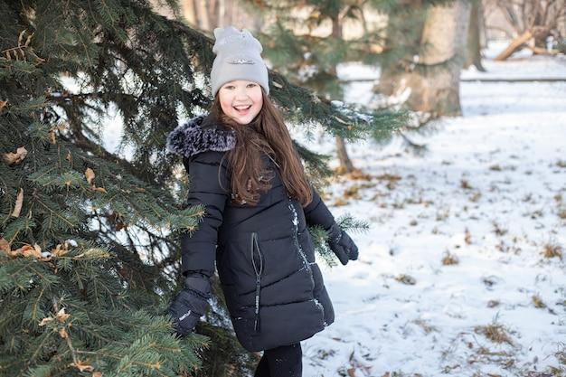 겨울 공원에서 웃는 소녀