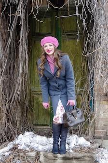 오래 된 집의 문턱에 웃는 소녀