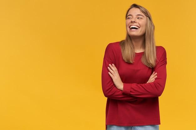 Ridendo ragazza felice, girata sul lato sinistro