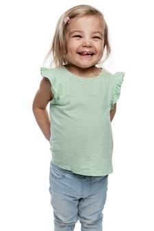 청바지에 3살 어린 소녀를 웃고 있습니다. 아이들에 대한 사랑, 부드러움 및 보살핌. 흰색 배경에 고립. 수직의.