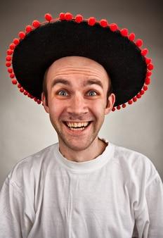 솜브레로 모자에 웃는 남자