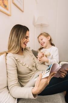 Ridendo madre e figlia leggendo fumetti