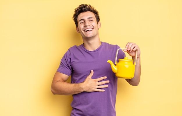 우스꽝스러운 농담에 큰 소리로 웃고, 행복하고 명랑하고, 즐겁게 지내고 있습니다. 주전자 개념