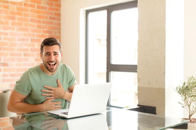 陽気なジョークで大声で笑い、幸せで陽気に感じ、楽しんでいます