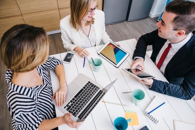 Смеющиеся люди, разделяющие идеи в офисе