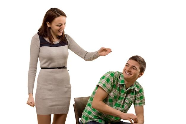笑いの遊び心のある魅力的な若いカップル
